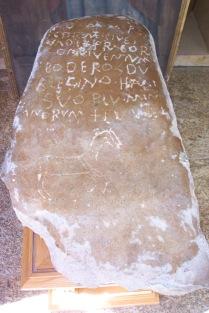 Lápida encontrada en Pedrosa del Rey durante el desmantelammiento de la iglesia del Rosario en 1988